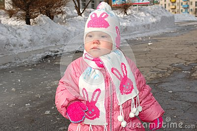 Menina bonita no vestuário do inverno.