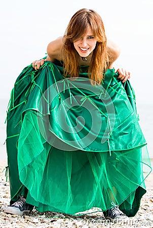 Menina bonita no vestido verde