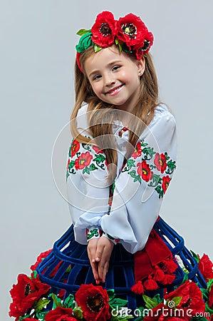 Menina bonita nova em um traje nacional ucraniano