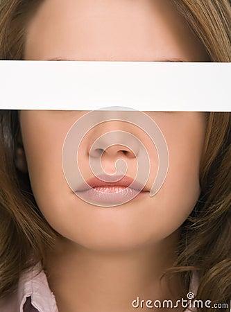 Menina bonita que esconde seu close-up dos olhos