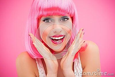 Menina bonito com cabelo cor-de-rosa