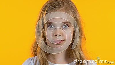 Menina bonito com os olhos grandes que olham na c?mera, inf?ncia, fundo isolado filme