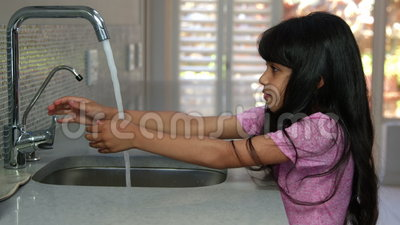Menina bonito que lava suas mãos vídeos de arquivo