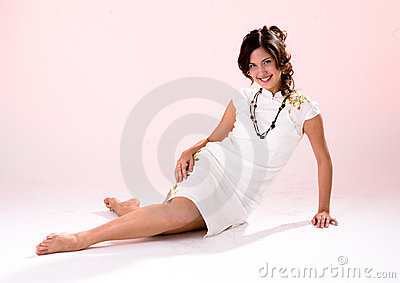 Menina branca do vestido do pé transversal