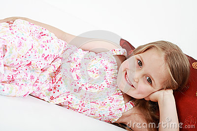 Menina brincalhão bonito que relaxa