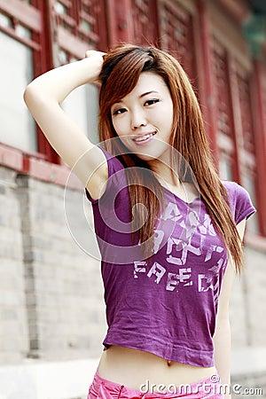 Menina chinesa ao ar livre.