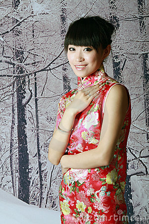 Menina chinesa nas cenas da neve