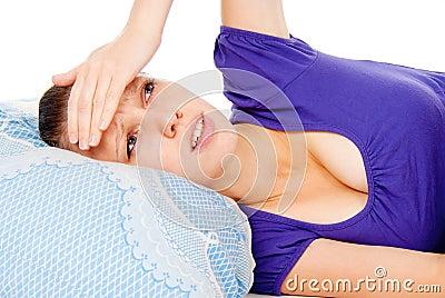 A menina colocada na cama, frios