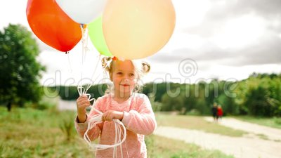 Menina com balões no parque vídeos de arquivo