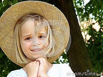 Menina com chapéu de palha