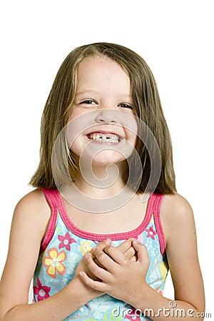 Menina com dentes curvados
