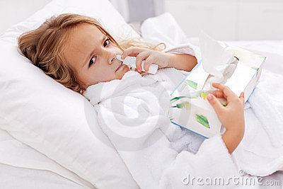 Menina com frio ruim - usando o pulverizador nasal