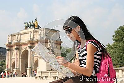 Menina com o mapa em Paris