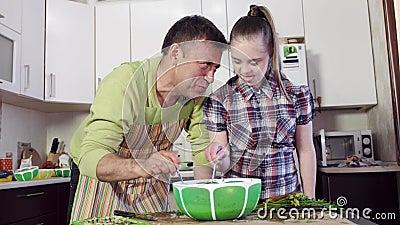 Menina com os ingredientes da massa da mistura de Síndrome de Down e de pai video estoque