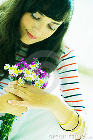 Menina com ramalhete do wildflower