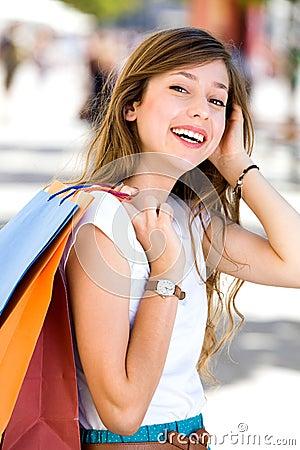 Menina com sacos de compra