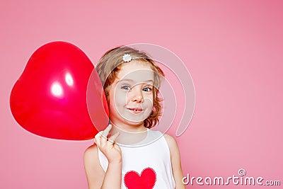 Menina com um balão vermelho