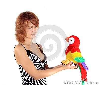 A menina com um papagaio do brinquedo