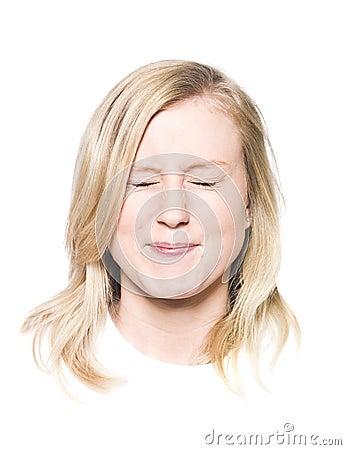 Menina com um sorriso Toothy