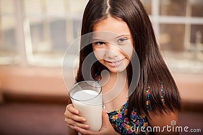 Menina com um vidro do leite