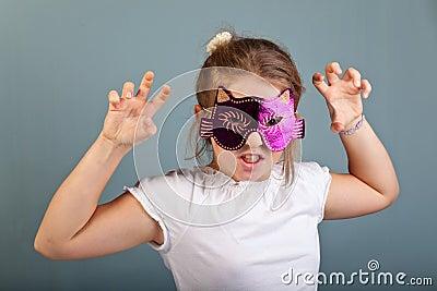 Menina com uma máscara dos gatos