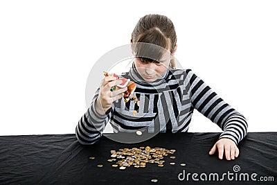 A menina começ o dinheiro da dinheiro-caixa