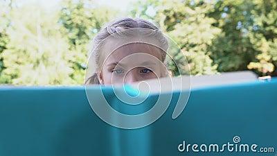 Menina concentrada lendo livro de conto de fadas estudando assunto, conhecimento vídeos de arquivo