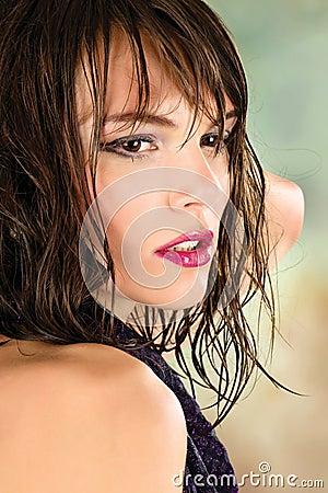 Menina considerável com cabelo molhado