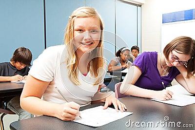 Menina consideravelmente loura na classe