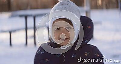 Menina criança explorando o exterior no dia de inverno video estoque