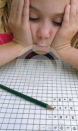 Menina da escola nos problemas com matemática