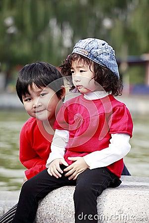 Menina de dois Asian ao ar livre