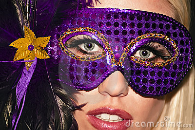 Menina de partido mascarada do disfarce do carnaval