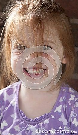 Menina de sorriso com cabelo acima sujado