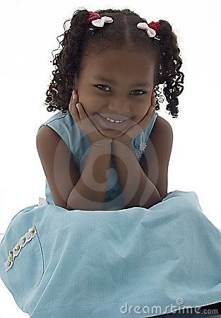 Menina do americano africano no vestido azul