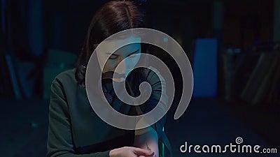A menina do retrato é um viciado em drogas injeta drogas em uma veia filme