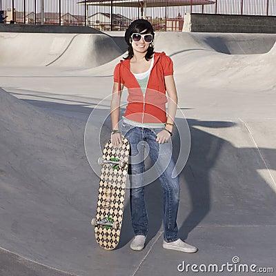 Menina do skater em um parque