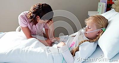 Menina doente na máscara de oxigênio que descansa na cama video estoque