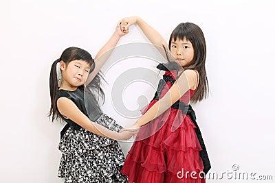Menina dois asiática pequena