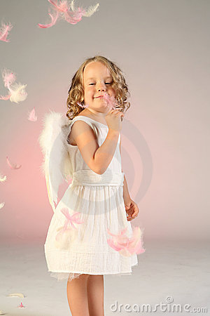 Menina dos anos de idade quatro como o anjo