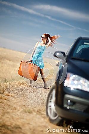 Menina e mala de viagem