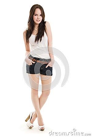 A menina em estar dos shorts