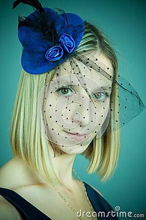 A menina em um chapéu com um véu