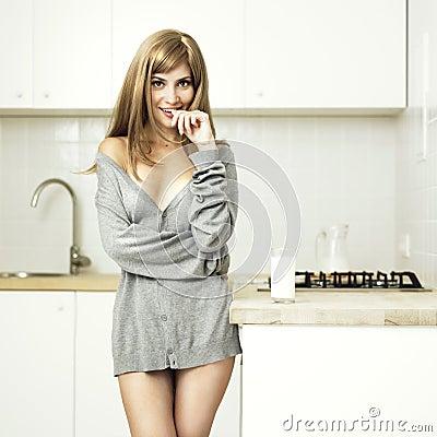 Menina em uma cozinha acolhedor