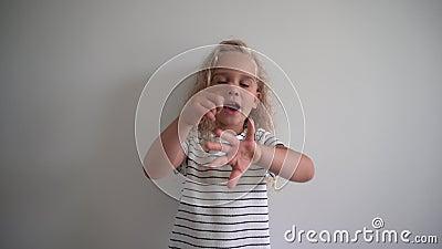 Menina emocional contando seus dedos sobre fundo branco Foto de Gimbal video estoque
