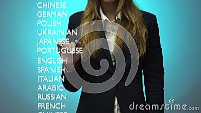 A menina escolhe um nível avançado de conhecimento da língua árabe no painel video estoque
