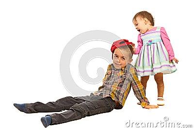 Menina espantada sobre o chapéu do menino