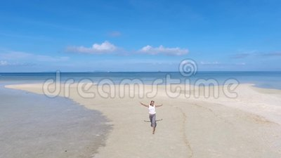 Menina feliz da raça misturada que corre na praia bonita Koh Phangan, Tailândia Slowmotion aéreo de HD video estoque