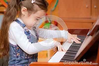 A menina joga o piano
