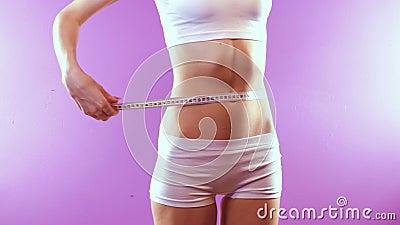 menina magro que mede sua cintura